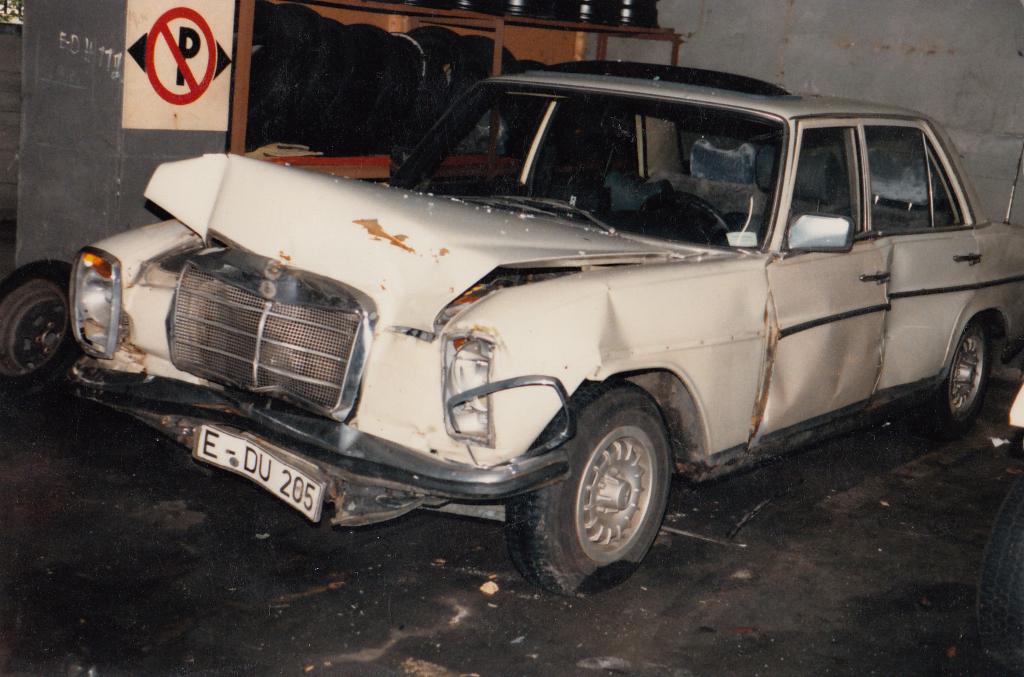 ein geisterfahrer zerst rt den mercedes strich 8 mercedes w114 w115. Black Bedroom Furniture Sets. Home Design Ideas