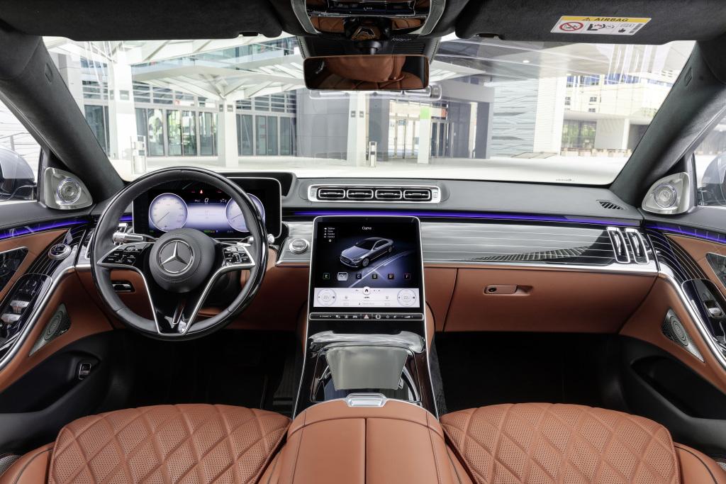 Die neue Armaturenanlage der neuen Mercedes S Klasse W223
